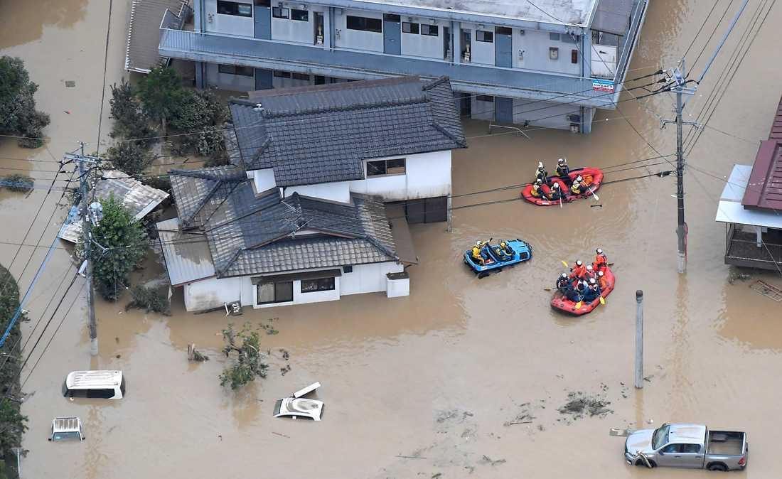 Husen står under vatten i Hitoyoshi i Kumamoto i södra Japan.