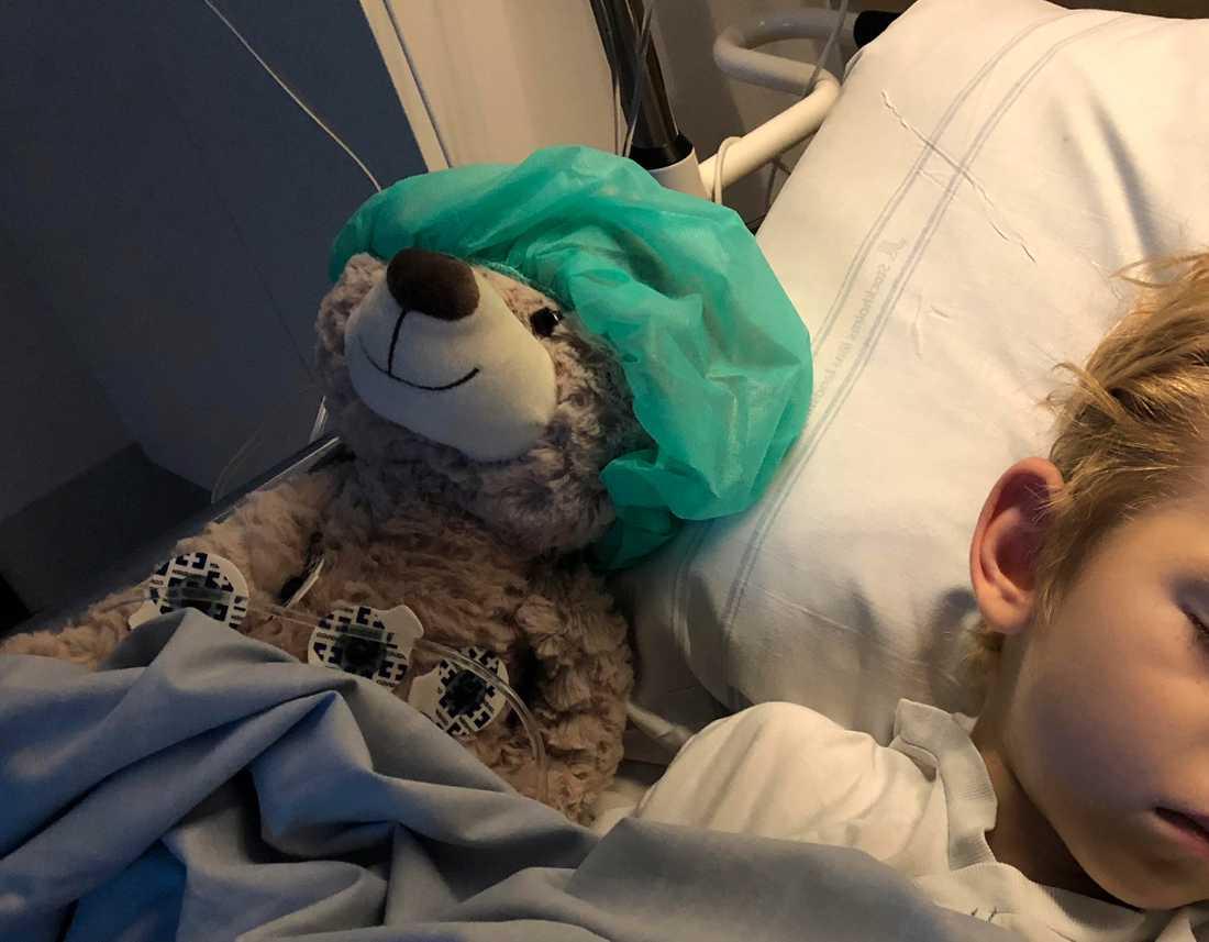 Elliot fick en nalle som han kramade hårt om innan han skulle in på operation förra året.