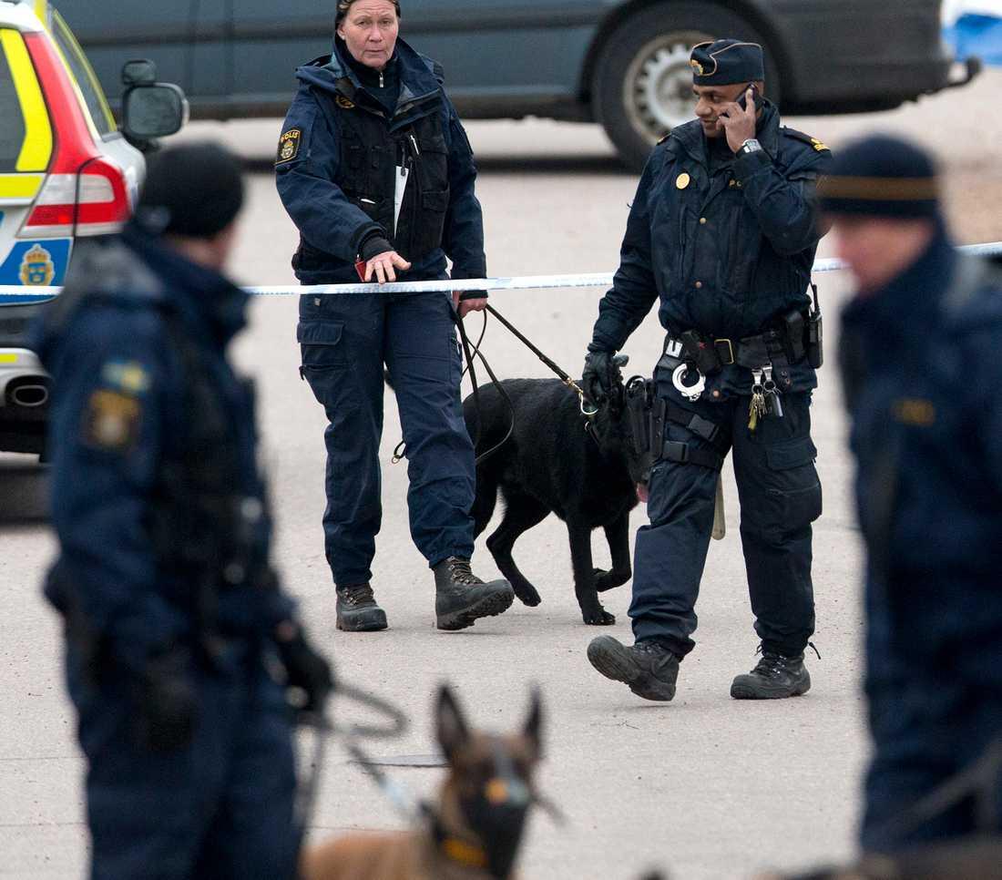 Polis i närheten av Uddevalla sjukhus där tre mördade personer hittades på lördagsmorgonen.