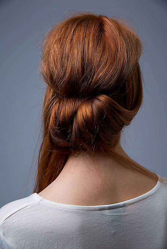 4. Fortsätt på samma sätt med håret i nacken och på andra sidan. Med lassots hjälp viker du in håret under hårbandet, slinga för slinga.