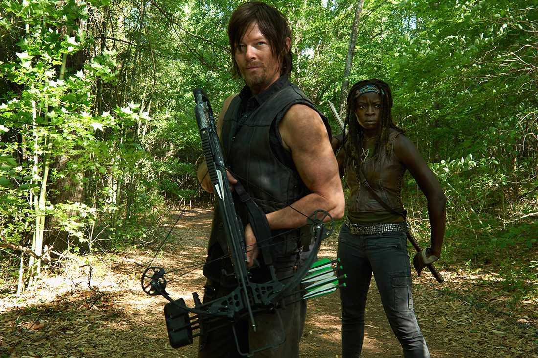 "Norman Reedus som Daryl Dixon och Danai Gurira som Michonne i ""The walking dead""."