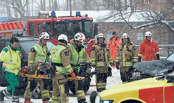Två personer fördes till sjukhus efter att två personbilar frontalkrockat i Borås.
