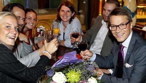 firar framgången Efter utfrågningen kunde KD-ledaren pusta ut med ett glas vin tillsammans med den innersta kretsen: Johanna Sämstorp, pressassistent, Henrik Ehrenberg, stabschef, Hannah Ekeroos, politisk sakkunnig och Ulrica Sundholm, politisk sakkunnig.