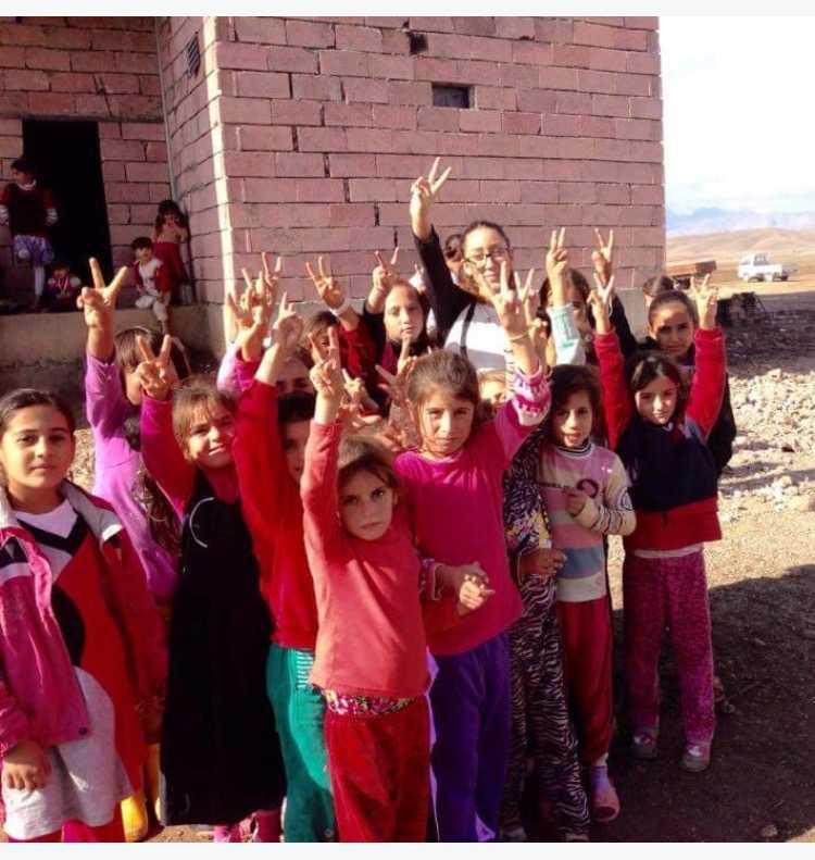 Förnödenheter delas ut till barn som varit fångar hos IS.