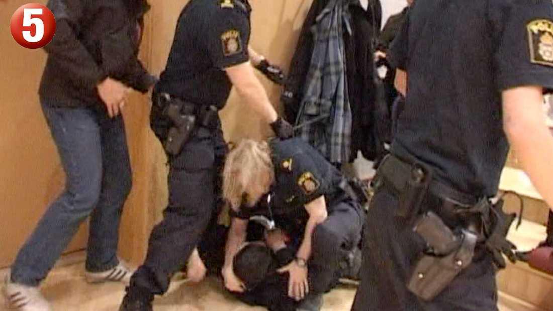 I tumultet slår en åhörare till en civilklädd polis. Han bli därefter nedbrottad.