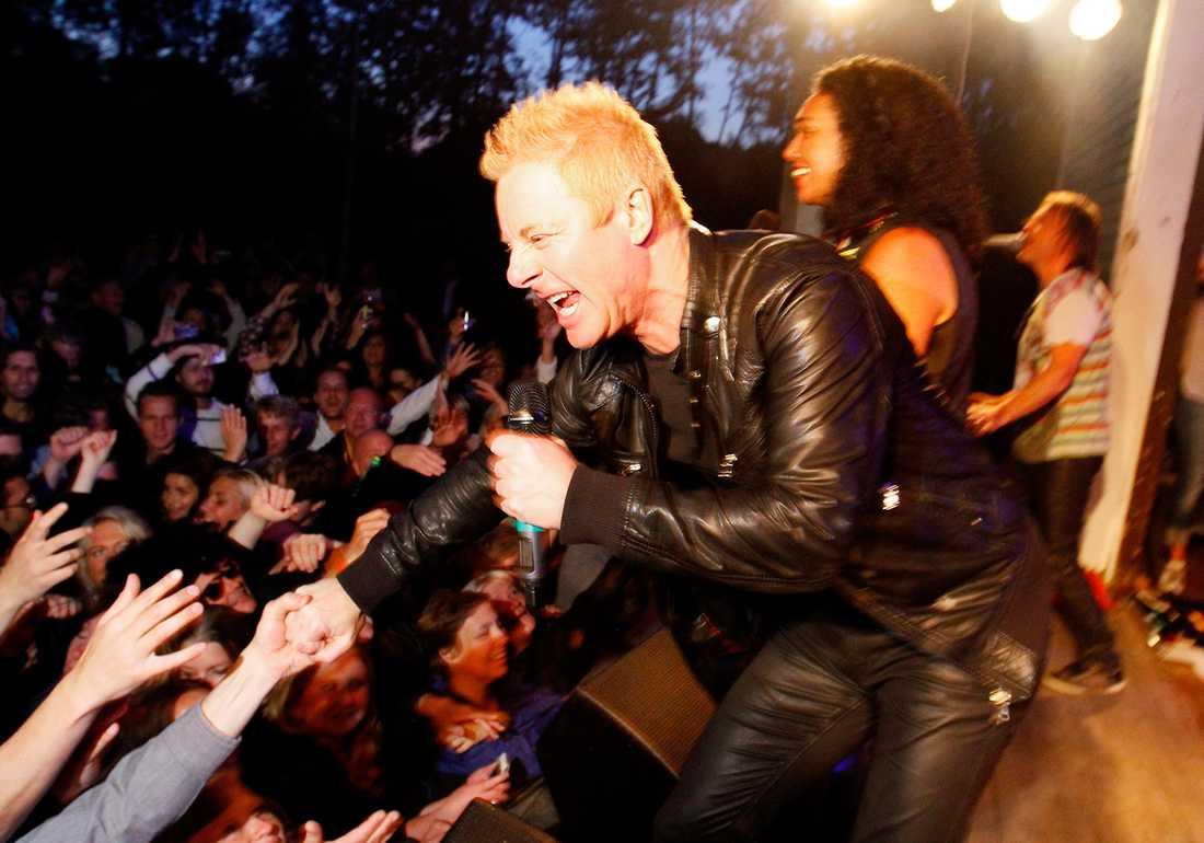 BEJUBLAD COMEBACK Christer Sandelin och de andra i Freestyle möttes av jubel när de klev upp på scenen i Holmarnas folkpark i Skutskär.