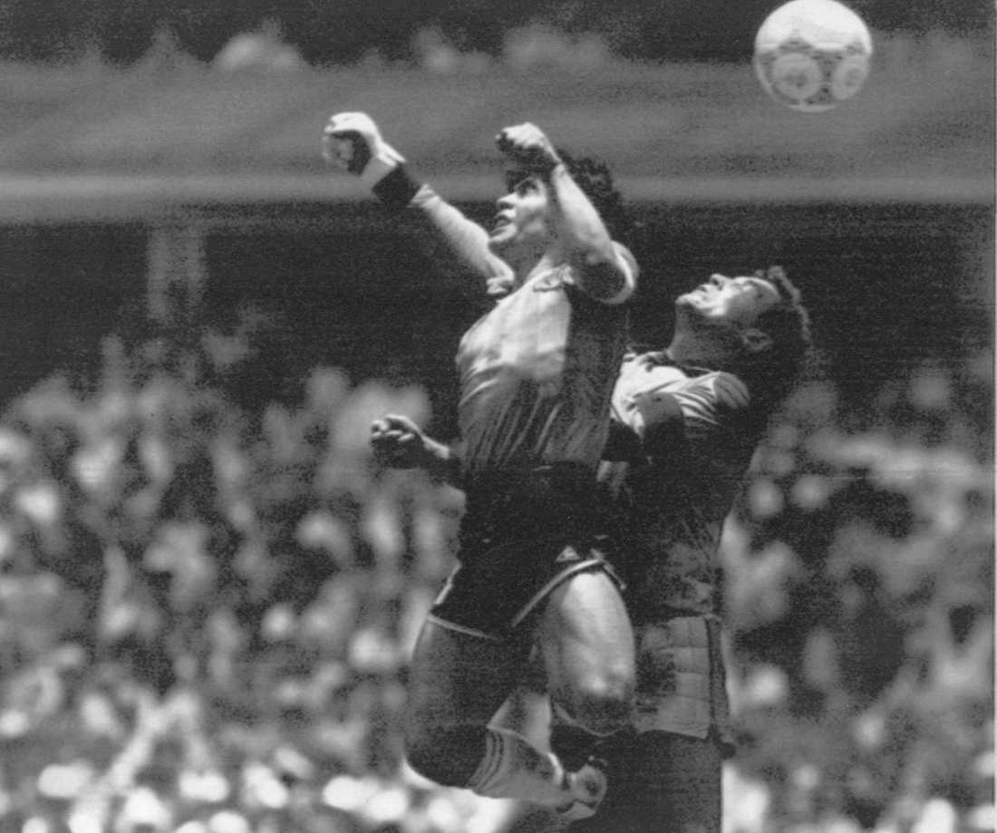 Världens kändaste fotbollshändelse? Maradona slår in bollen med handen i kvartsfinalen mot England i VM 1986