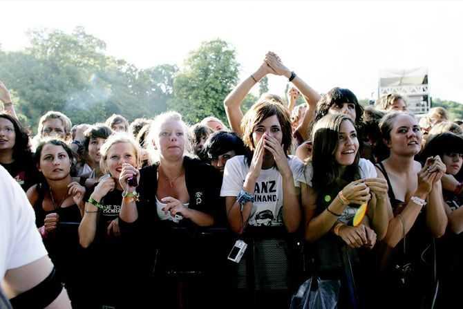 Det är ofta proppat med människor framför scenerna under festivalen.