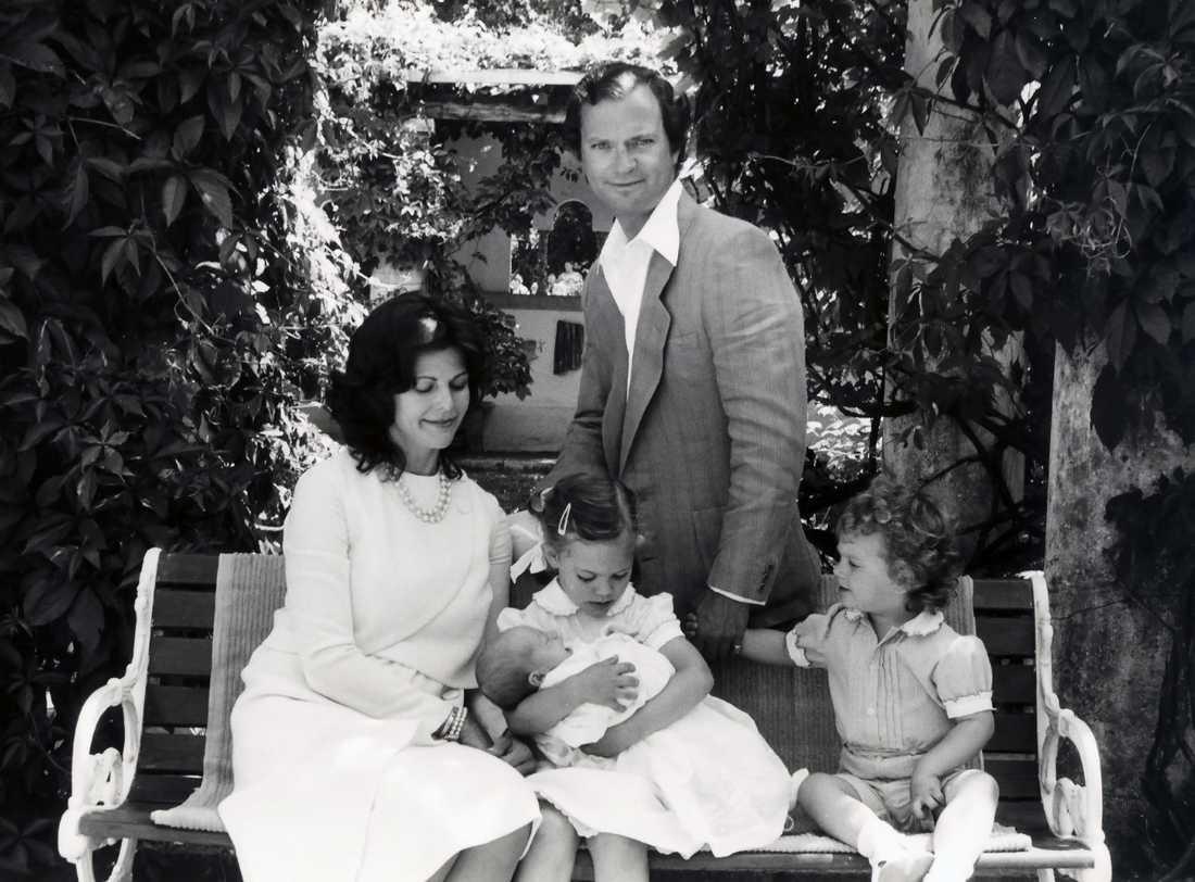 Den svenska kungafamiljen drottning Silvia, Kung Carl XVI Gustaf, kronprinsessan Victoria som håller om nyfödda prinsessan Madeleine och prins Carl Philip. Solliden sommaren 1982.