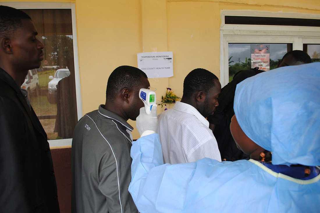 Patienter testas i jakt på ebolasmittade.