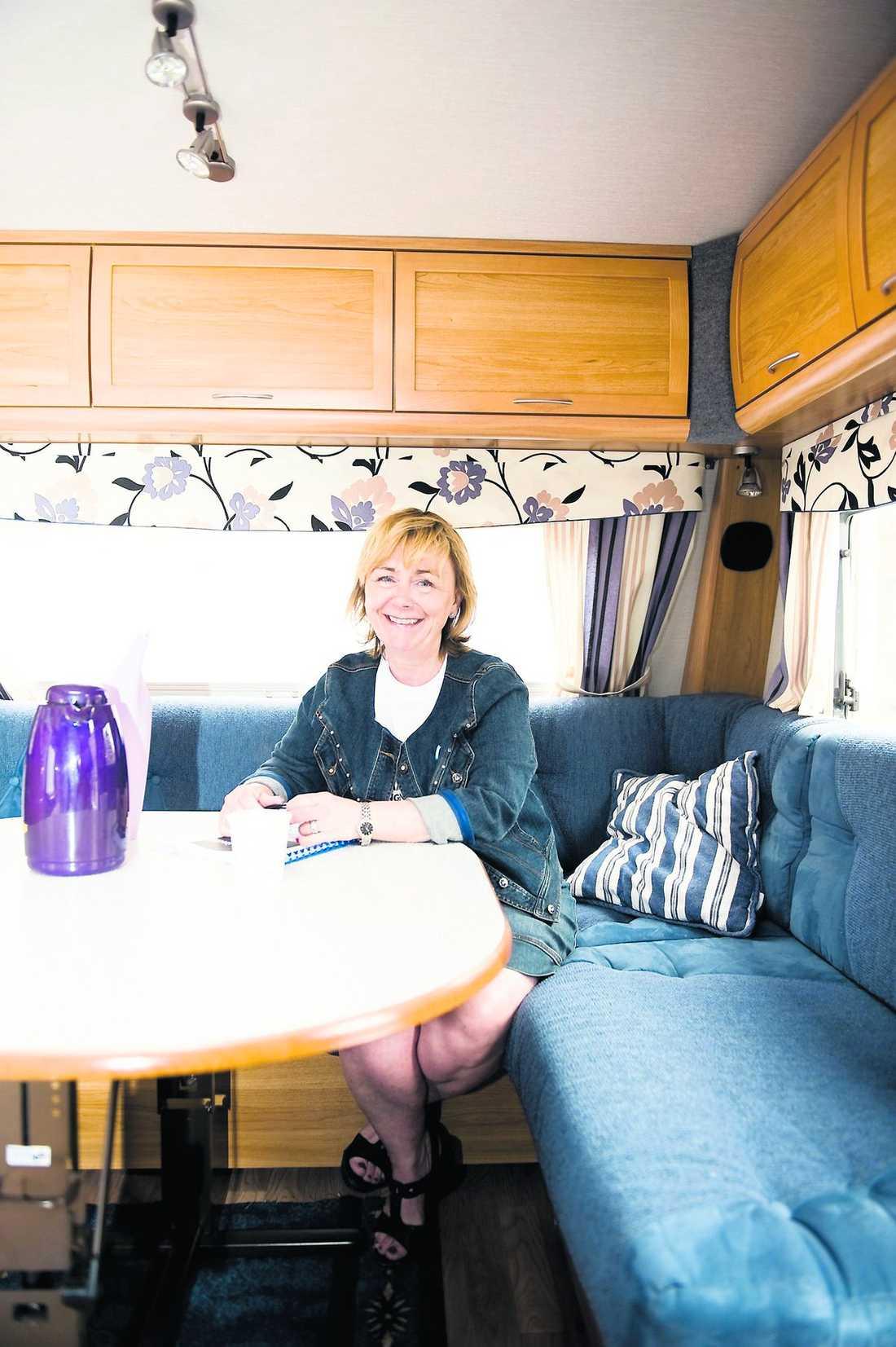 """Röstmagnet: fyra plus Fordon + val av plats = snudd på succé! Campingar är som små samhällen där folk vill ha saker att tala om. Dessutom är det fullt av semestrande familjer som bara väntar på kändisbesök. Husvagnen blir stället som man bara måste besöka och kolla in. Stort snackvärde på campingen – """"Har du varit där?, Vad snackade ni om?, Vad tyckte du om henne?"""" Bea kan bli isbrytaren på hela campingen: """"Snackat med Beatrice?"""""""