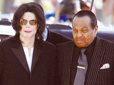 MINDRE BOYTA Michael Jackson tillsammans med pappa Joe Jackson. Om Jacko fälls i rättegången tvingas han flytta in i en liten cell som redan står färdig att ta emot honom.
