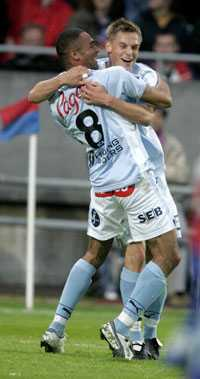 KRAM KOMPIS Markus Rosenberg kramar om Afonso Alves efter brassen mål på Olympia – som blev matchens enda.