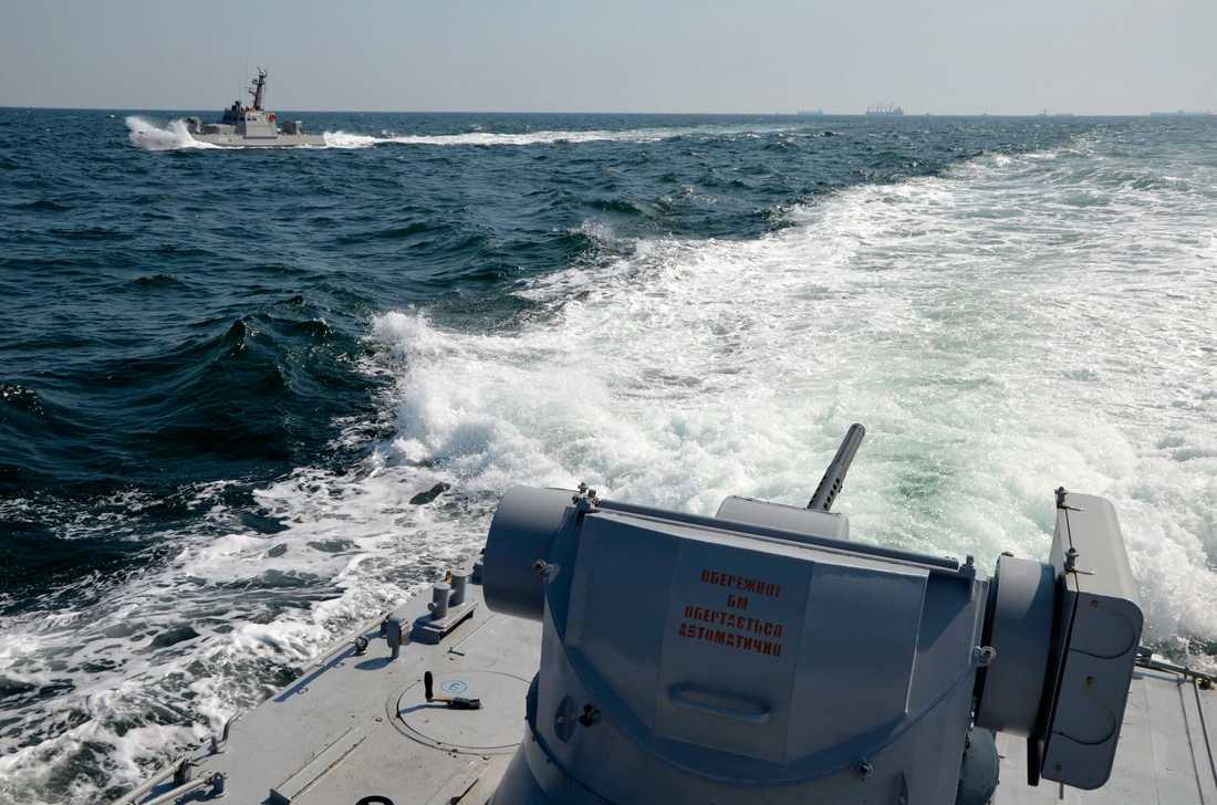 Två ukrainska marinfartyg nära den av Ryssland annekterade Krimhalvön.