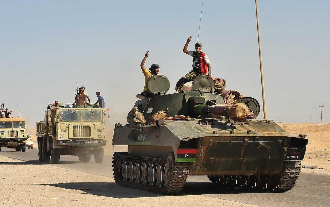 FIRAR SEGERN Rebellerna har tagit kontroll över Libyens huvudstad Tripoli. Här är de på väg mot staden Sirte.