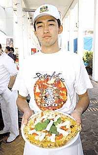 En lycklig pizzabagare.
