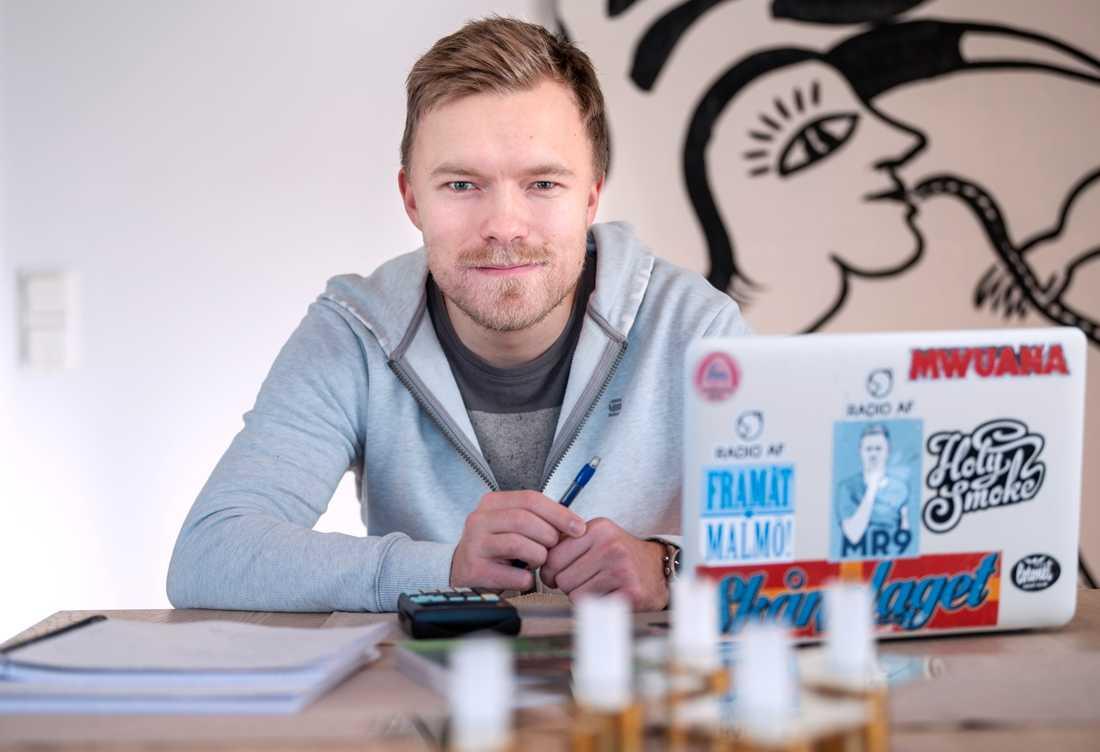 Petter Lundberg studerar vid köksbordet i föräldrahemmet i Malmö under den pågående coronapandemin.