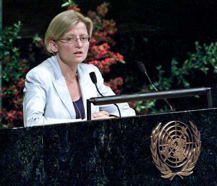 """Människovärdet som grund Anna Lindh satte människans värde i centrum när det gällde fredsarbetet. """"Hållbar säkerhet förutsätter rättvis och hållbar utveckling. Fattigdom kan både orsakas av och vara orsaken till militära konflikter. Men den kan inte bekämpas militärt"""", sa hon i utrikesdeklarationen 2003."""