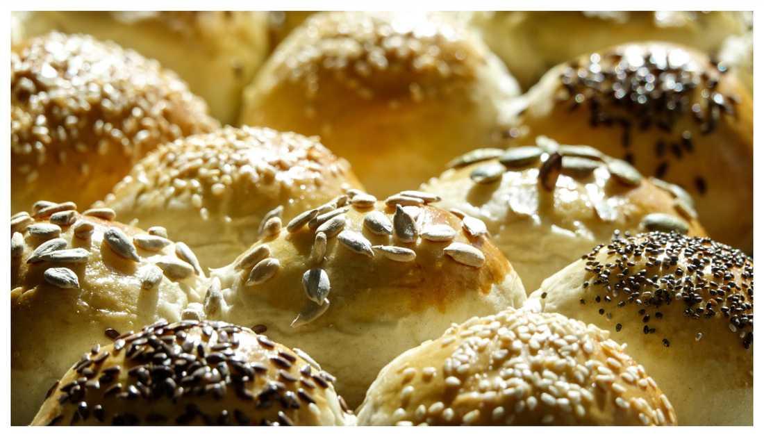 Smaksätt det hembakade brödet med olika frön.