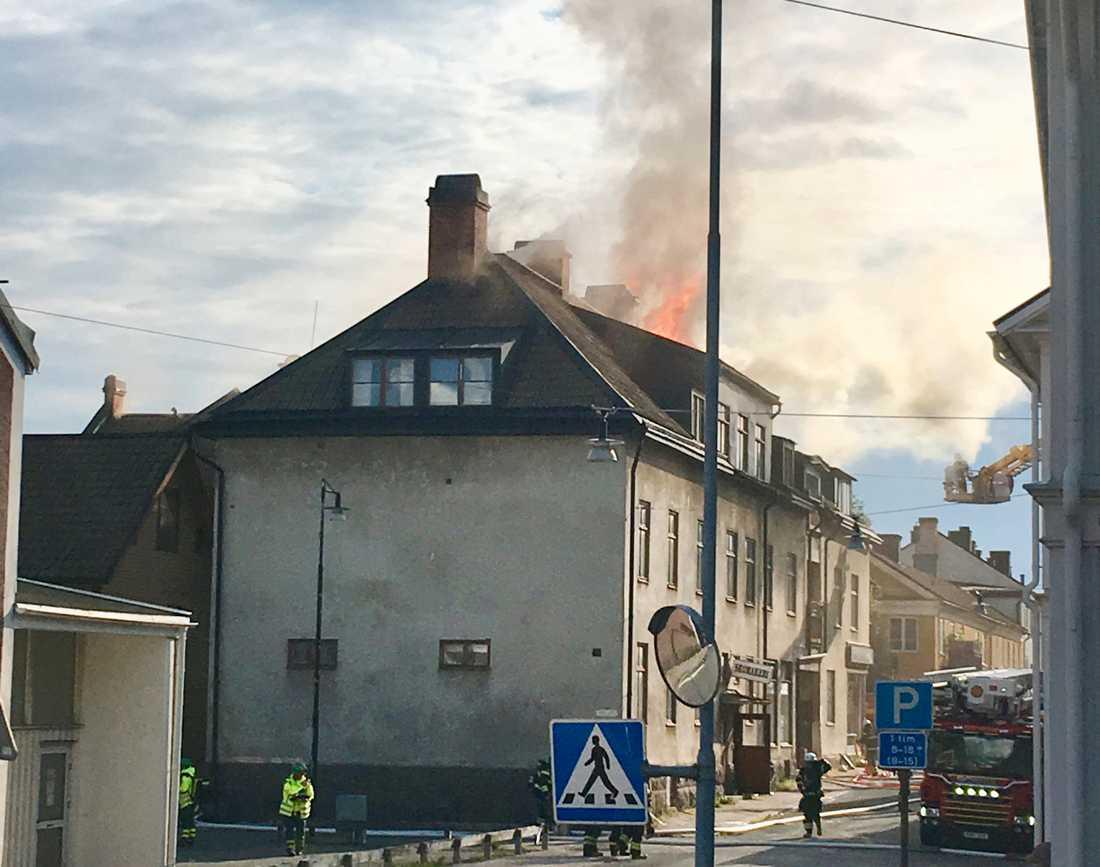 Räddningstjänsten fick larm 17:39 om att det rök från en vind i huset.