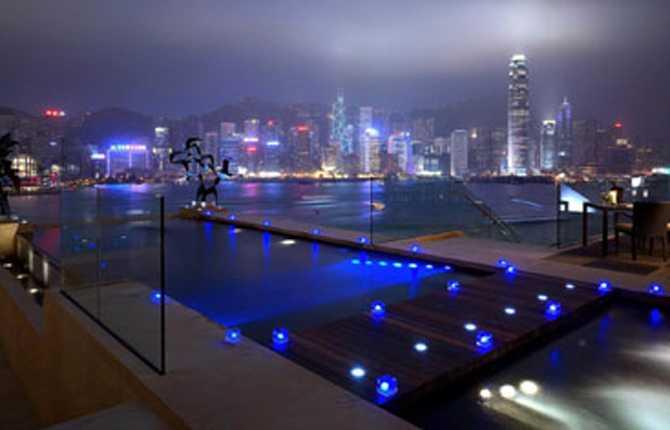 INTER CONTINENTAL, HONGKONG Med suveräna vyer över Victoria-hamnen och Hongkong-ön badar du i tre olika pooler som alla har inbyggd musikanläggning. Är du mätt på badandet men inte utsikten, bänka dig i hotellets bar med panoramafönster och fascineras av skyskrapornas neon och den livliga båttrafiken. www.intercontinental.com