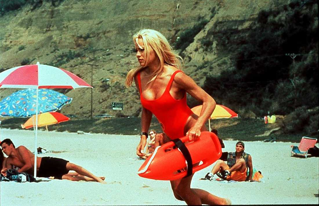 Pamela Anderson på beachen i Santa Monica med livräddarbojen i högsta hugg.