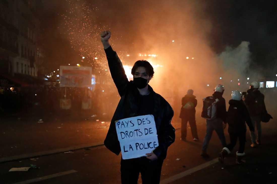 """En demonstrant håller upp ett plakat med det syrliga budskapet """"Rättsstat för poliser"""" vid en protest i Paris mot ett lagförslag som skulle inskränka rätten att publicera bilder på poliser i tjänst."""