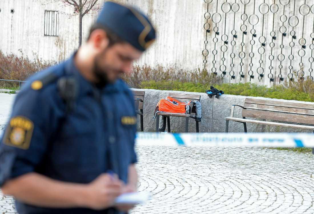 Polis på plats vid Vårby Gård där skjutningen skedde.