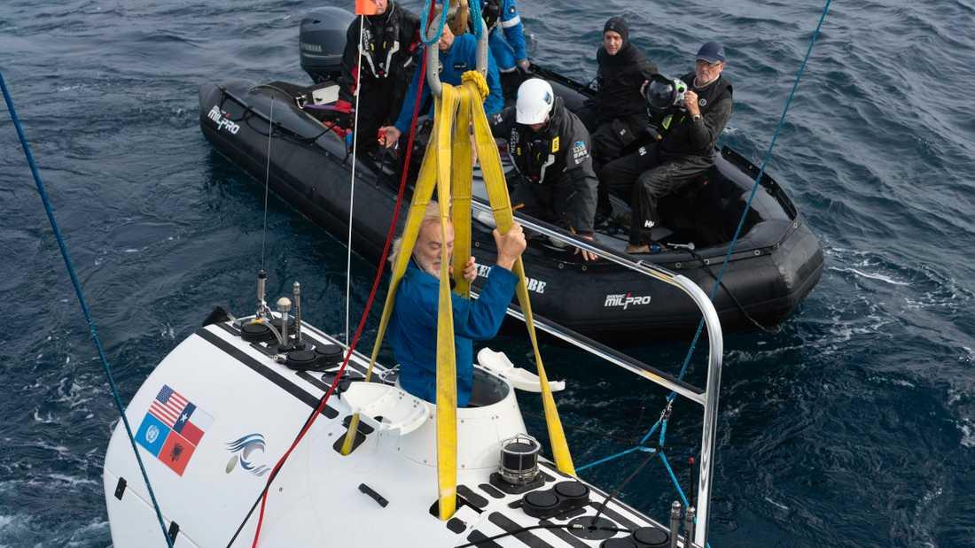 Victor Vescovo kliver ombord sin specialbyggda ubåt.