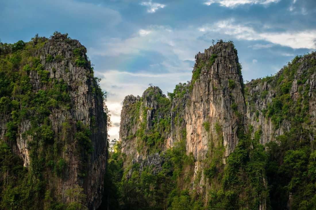 I södra delen av provinsen finns Noen maprang som har spektakulära berg.