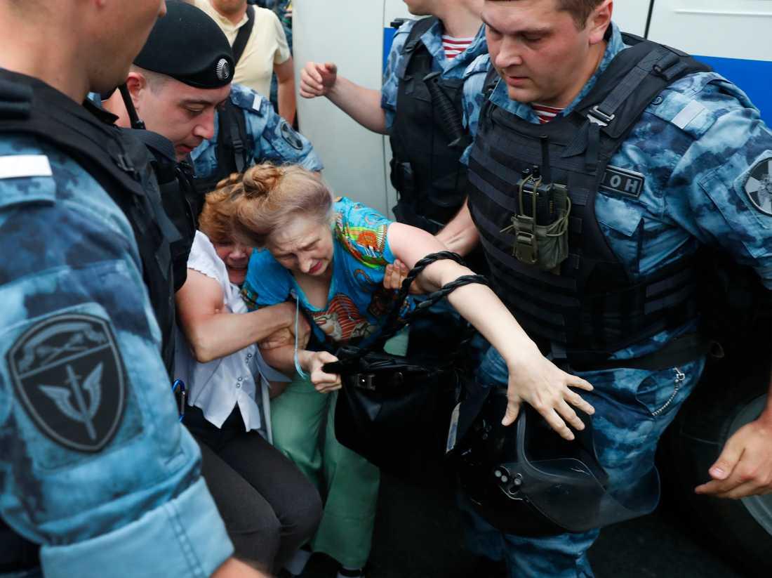 Polis griper en kvinna under protestmarschen i Moskva, där bland annat den ryske oppositionspolitikern Aleksej Navalnyj har gripits.