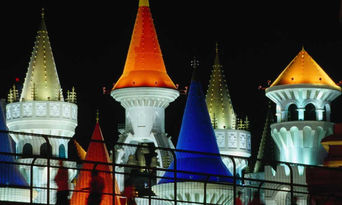 Excalibur Hotel and Casino Ett casino och hotell med riddartema. Kung Arthurs svärd, med just namnet Excalibur, har stått som inspiration vid namngivningen och designen av casinot. Hotellet ligger precis vid en vältrafikerad korsning, och det enda sättet man kan promenera in till casinot är via gångbroar.