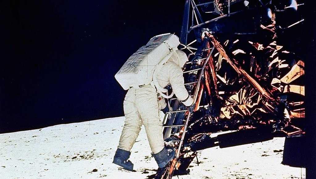 "Edwin E. ""Buzz"" Aldrin kliver ned på månens yta 20 juli 1969."