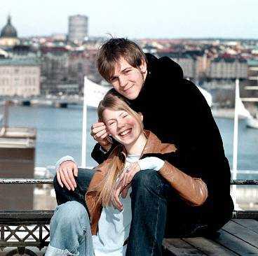 """vårkänslor Gustaf Skarsgård och Hanna Alström hade inte svårt att övertyga i rollerna som det förälskade paret Jonas och Anja i tv-serien """"Cleo"""". Sedan tre år är de båda skådespelarna ett par även privat."""
