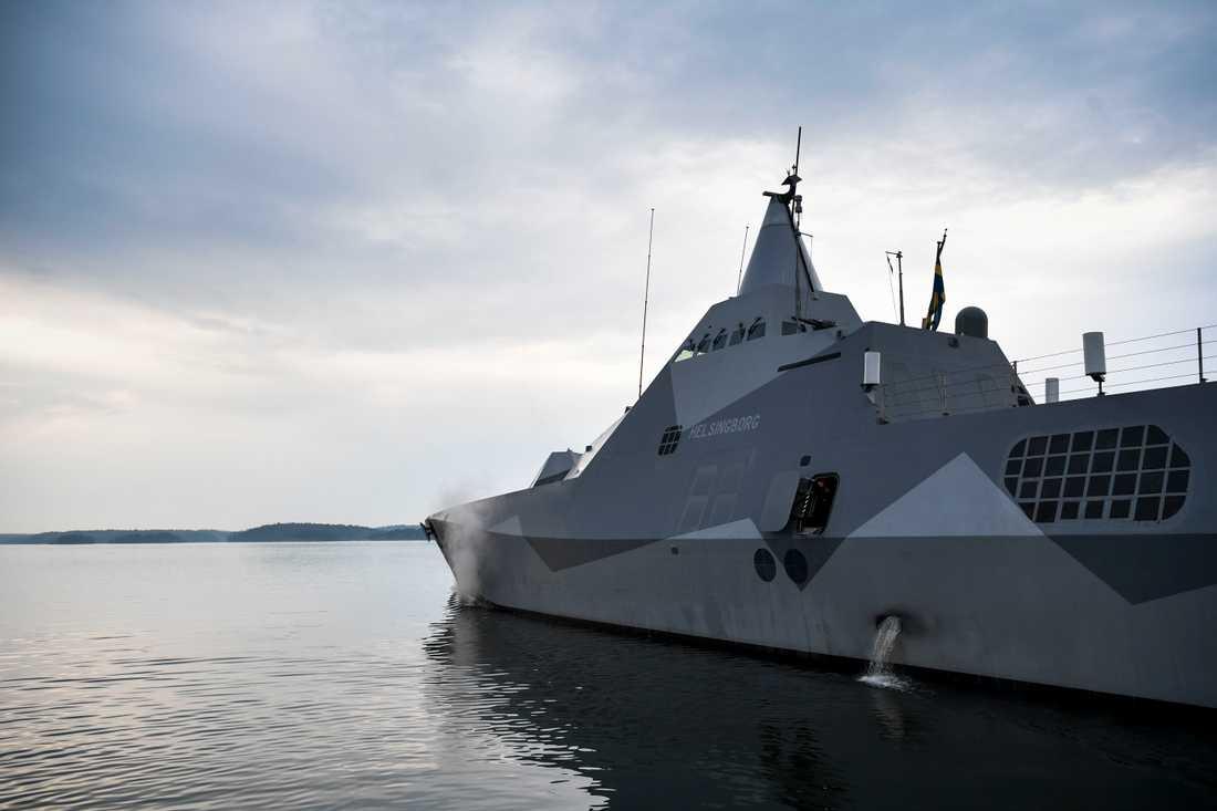 Den svenska korvetten Helsingborg, av Visby-klass, lämnar hamn för att bege sig ut till området för den militära ubåtsjaktövningen.