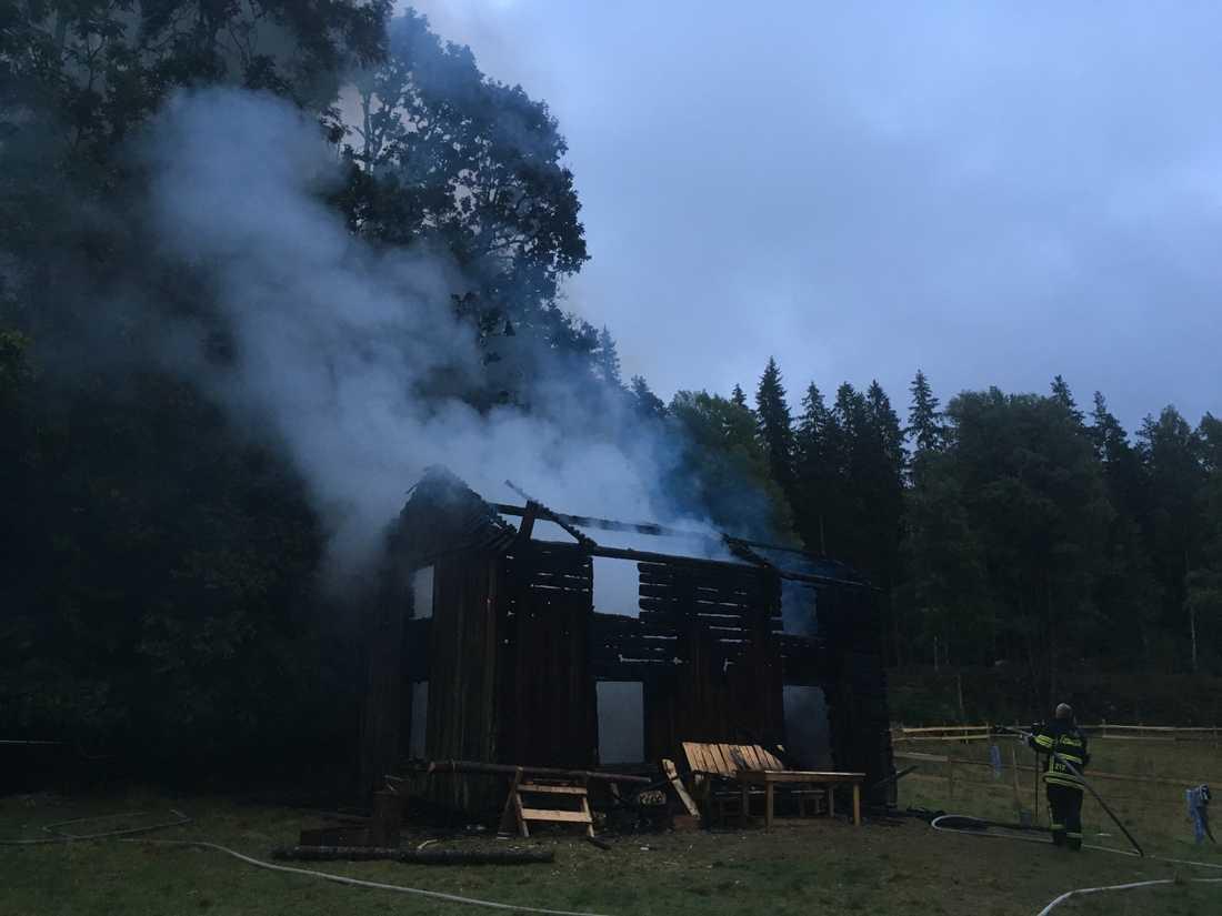"""""""Farmen""""-torpet utanför Vrigstad var övertänt när brandkåren kom till platsen."""