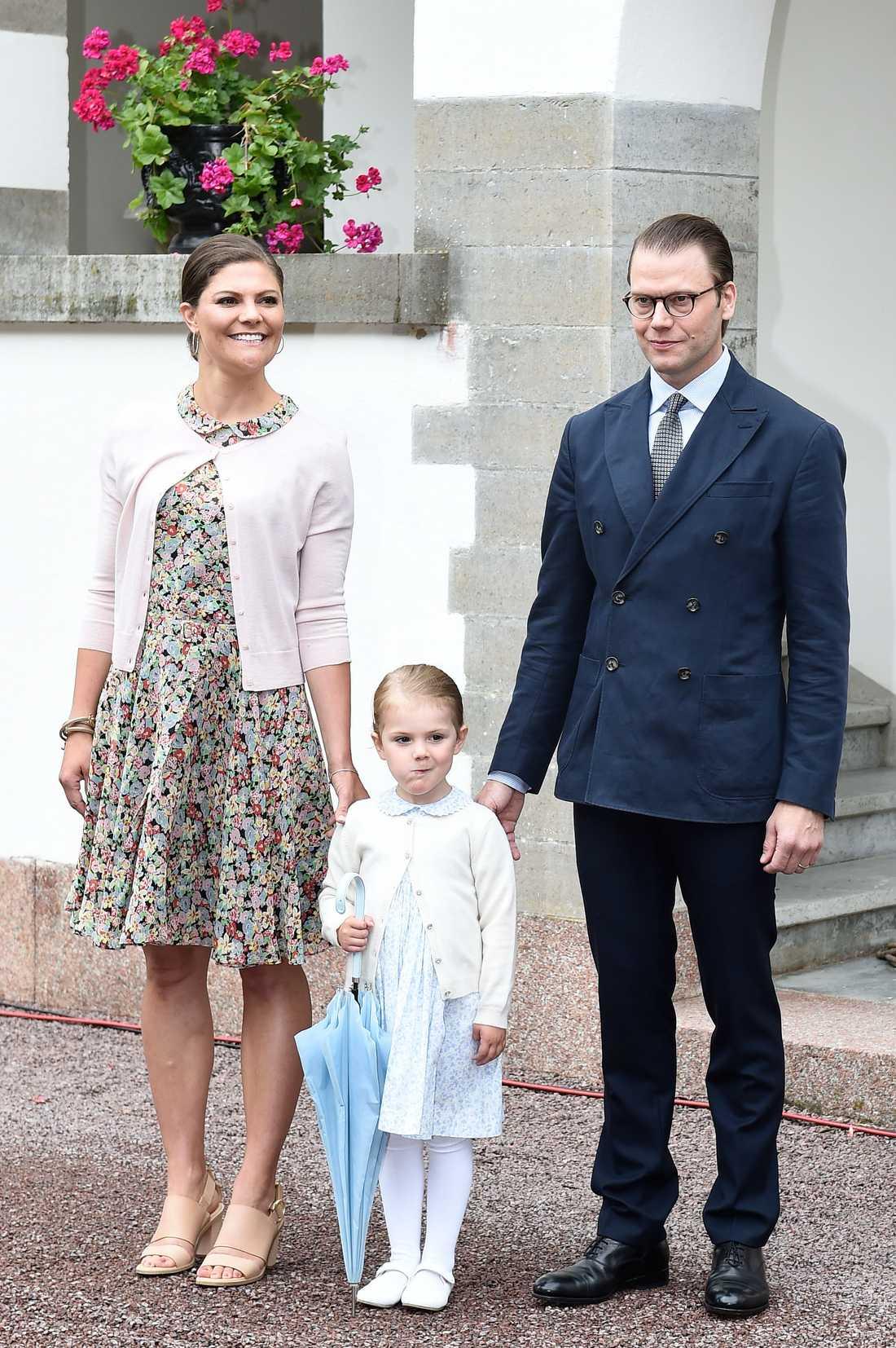 Kronprinsessan Victoria, prinsessan Estelle och prins Daniel under det offentliga firande av kronprinsessan Victorias 38-årsdag vid Sollidens slott på Öland 14 juli 2015.