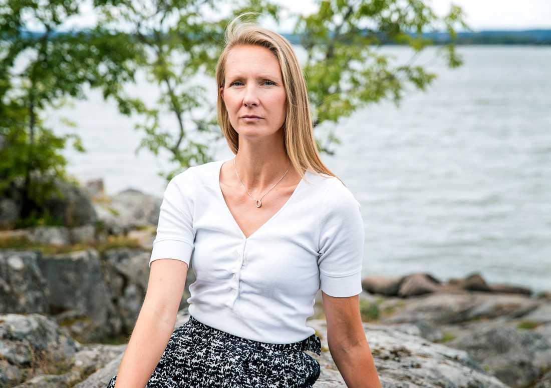 Emma Zetterholm och hennes familj trodde att de flyttat till en villaidyll i östra Malmö. Men snart kom sprängningarna och bilbränderna inpå husknuten.