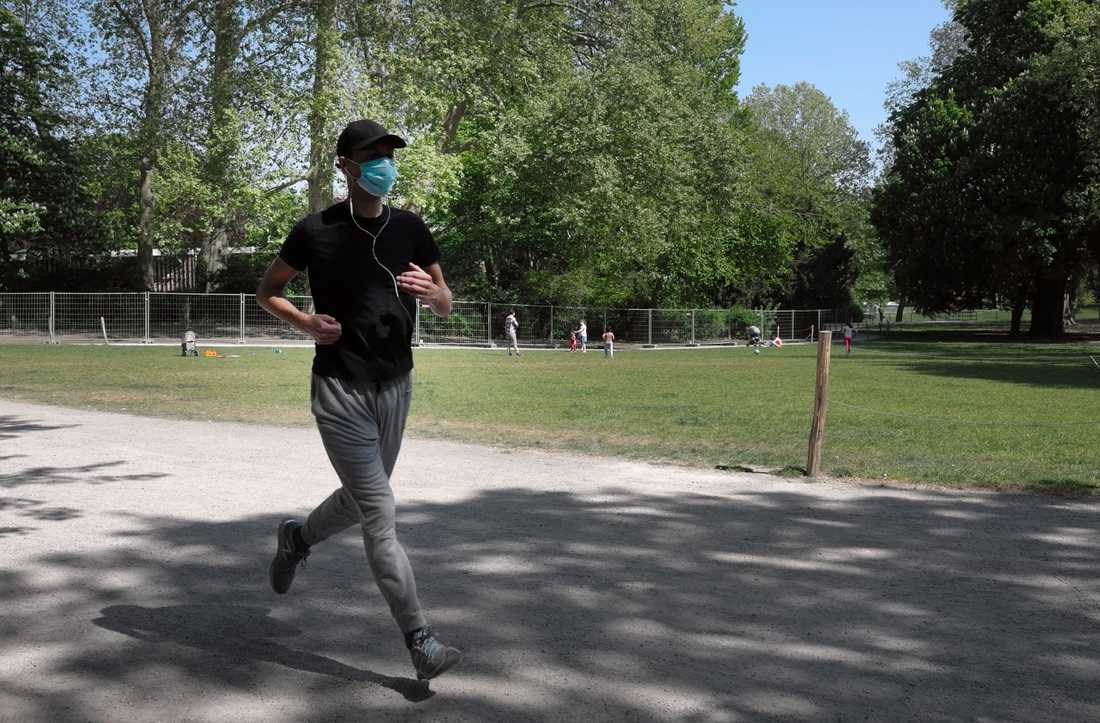 En joggare i Antwerpen, Belgien, på måndagen.
