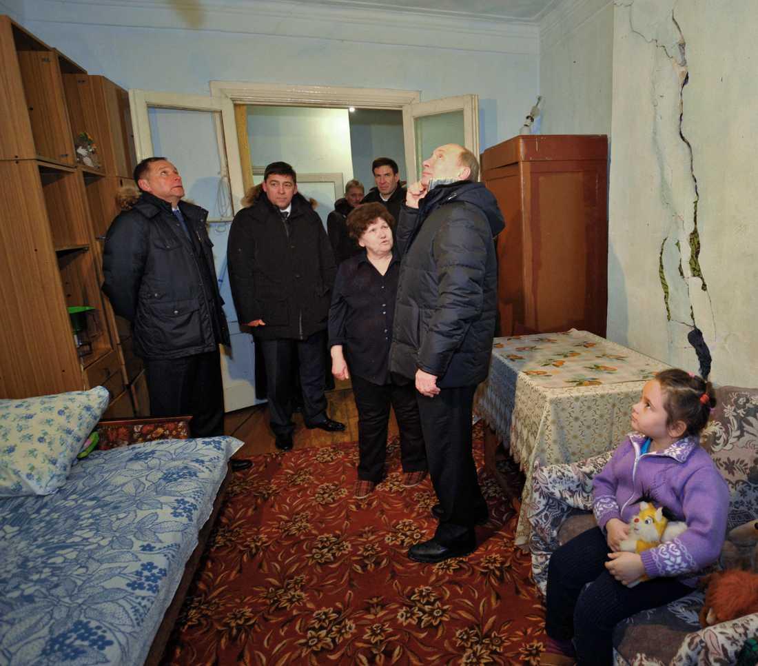 Ser förfallet Här inspekterar Vladimir Putin  ett förfallet bostadshus i staden Rosa nära Uralbergen.