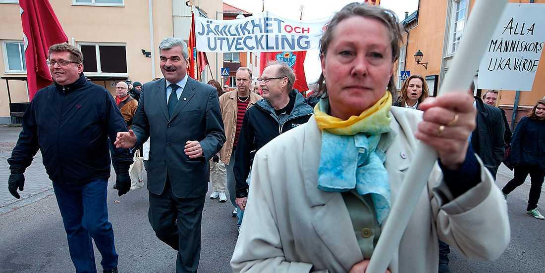 Ekonomiskt begåvad? Håkan Juholt tänker avväpna skattesänkarkanonerna innan de ens laddats. Socialdemokratin vill bygga hus, lyfta barnfamiljer ur fattigdom, satsa på järnvägar och musikskolor med överskottet i statsfinanserna.