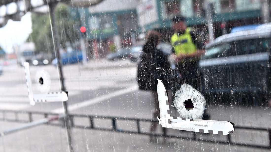 Platsen där tre människor dödades vid en skottlossning i Malmö på måndagskvällen.