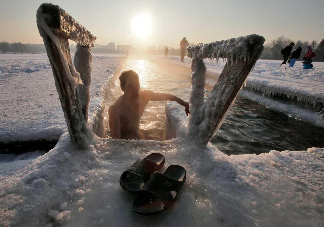 Vinterbadande blir alltmer populärt och bland utövarna haglar superlativen när det gäller de hälsosamma effekterna. Arkivbild.