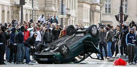 Folksamlingen orsakade trafikkaos, bilar välters och polisen tvingades avbryta eventet av säkerhetsskäl.