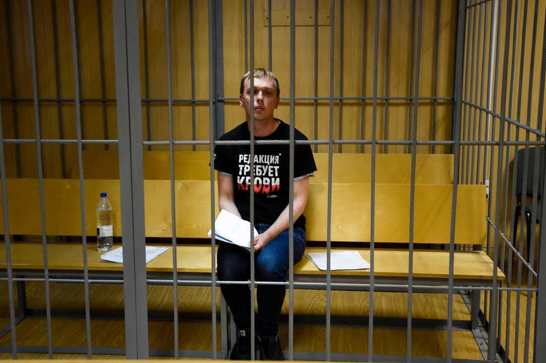 Ivan Golunov, journalist på den oberoende ryska nyhetssajten Meduza, bakom galler i en rättssal i lördags.