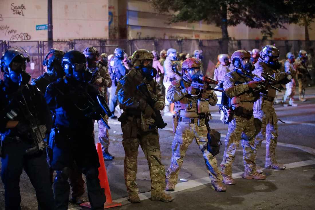 Federala styrkor syns patrullera Portlands gator under en mindre demonstration på måndagen.