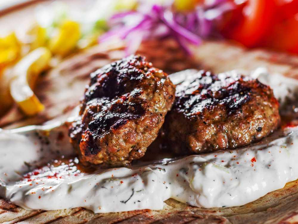 Bifteki serveras gärna med tzatziki.