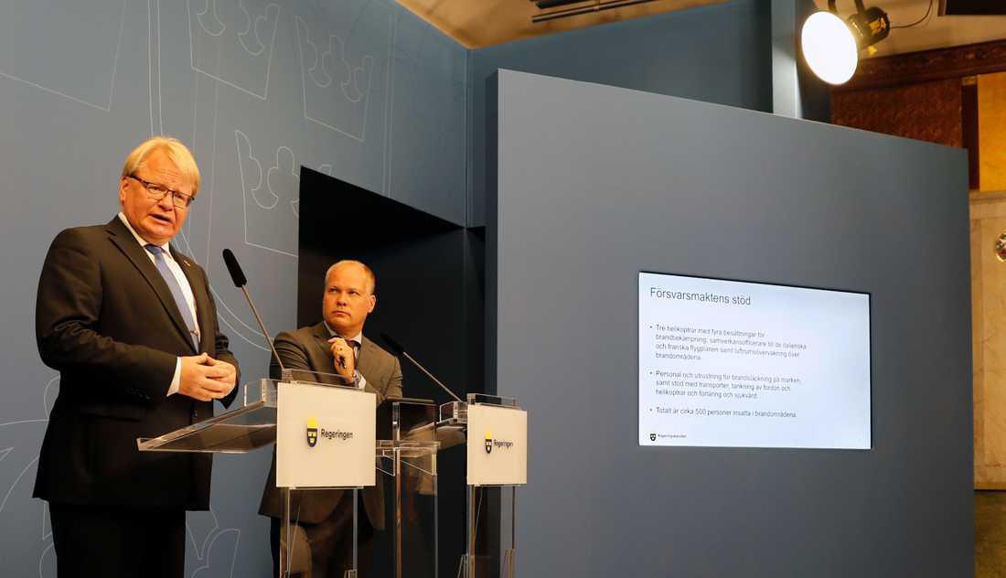 Försvarsminister Peter Hultqvist och justitie- och inrikesminister Morgan Johansson underpresskonferensen på Rosenbad.