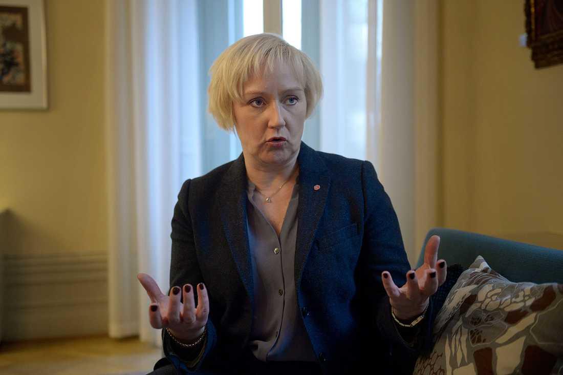 Helene Hellmark Knutsson (S) slutar som minister för högre utbildning och forskning.