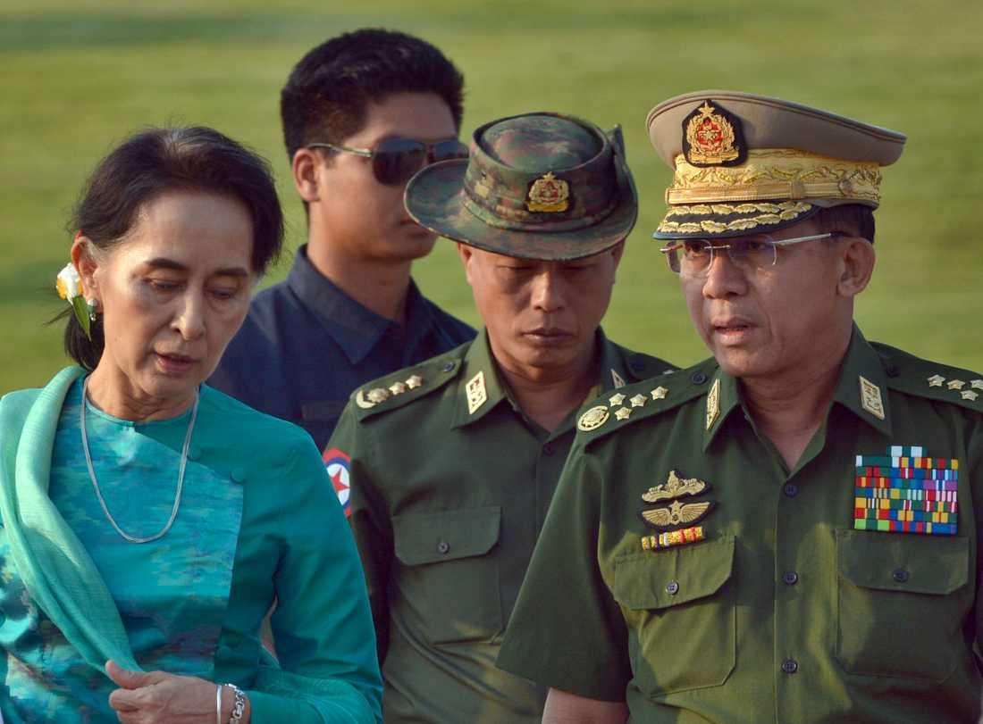 Aung San Suu Kyi ses gå bredvid Myanmars överbefälhavare general Min Aung Hlaing, anklagad för krigsbrott och etnisk rensning.